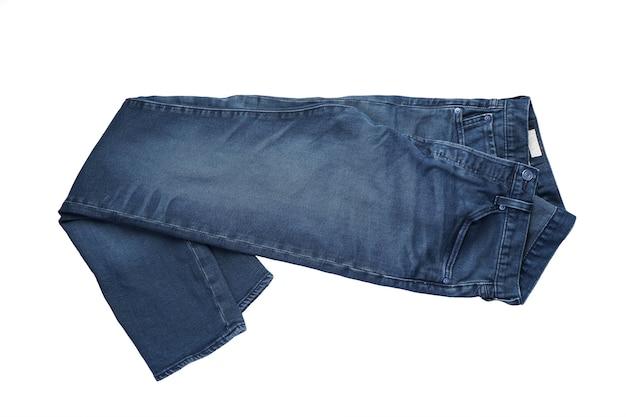 Jeans op een witte geïsoleerde achtergrond, bovenaanzicht. jeans op de achtergrond. Premium Foto
