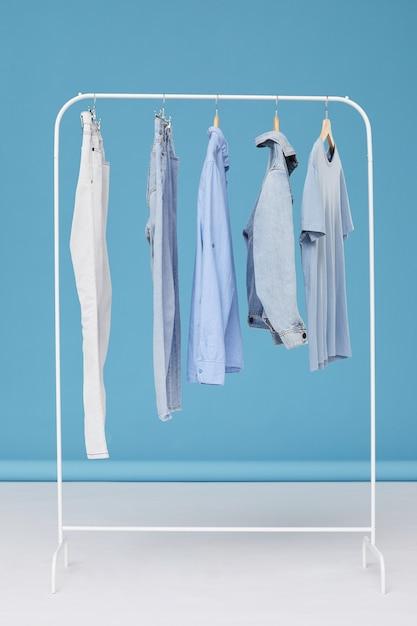 Jeanskleren die op hanger in de kledingwinkel hangen Premium Foto