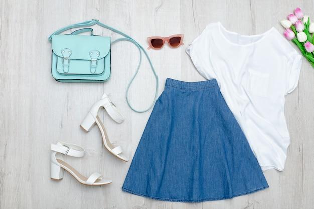 Jeansrok, wit t-shirt, schoenen en tulpen. modieus concept. Premium Foto