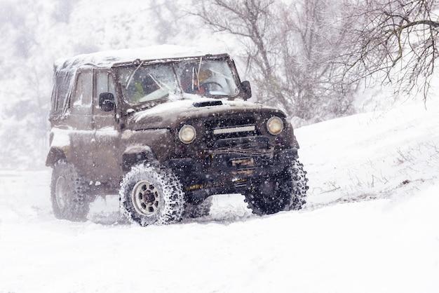 Jeeps die completen in de winterconcurrentie Premium Foto