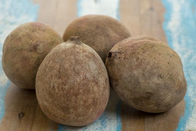 Jenipapo, fruit gebruikt in likeuren en snoepjes, op rustiek hout Premium Foto