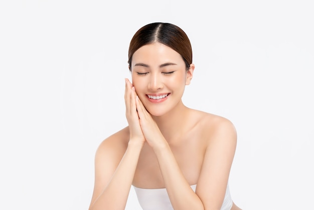 Jeugdige heldere huid vrij aziatische vrouw met hand wat betreft gezicht en ogen het sluiten Premium Foto