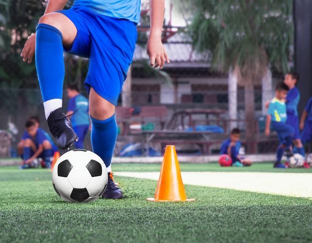 Jeugdvoetbal oefenoefeningen met kegels Premium Foto