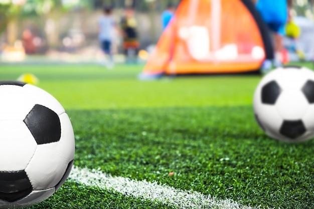 Jeugdvoetbal oefenoefeningen met kegels. Premium Foto