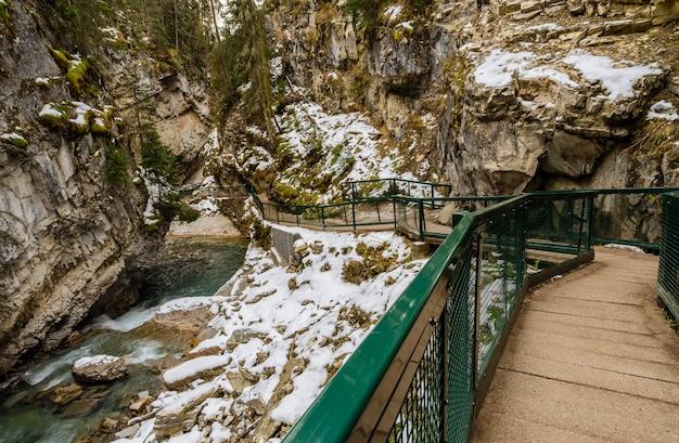 Johnston canyon-gang in het nationale park van banff, alberta, canada Premium Foto