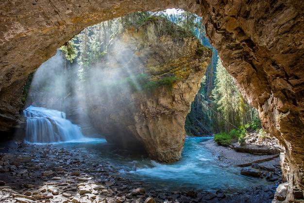 Johnston canyon-hol in lentetijd met watervallen, johnston canyon trail, alberta, canada Premium Foto