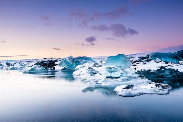 Jokulsarlon-gletsjerlagune bij zonsondergang, ijsland Premium Foto