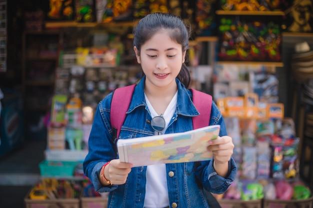 Jong aziatisch meisje dat bij de drijvende markt van dumonoe saduak, thailand loopt Premium Foto
