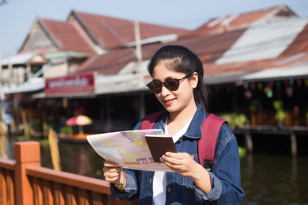 Jong aziatisch meisje dat bij het drijven van dumonoe saduak markt, thailand loopt Premium Foto