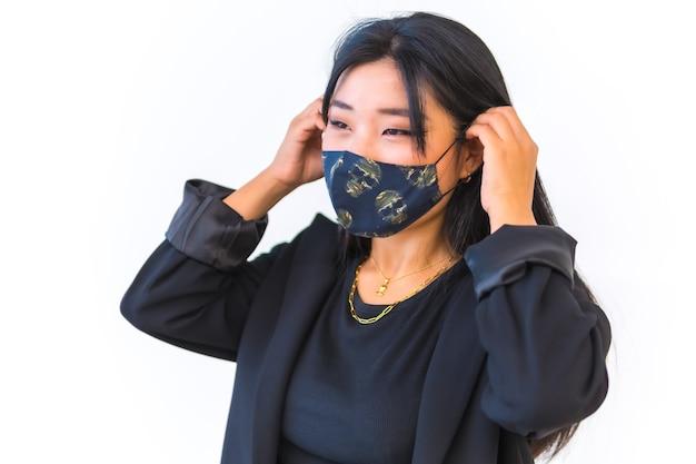 Jong aziatisch meisje in een zwart jasje Premium Foto