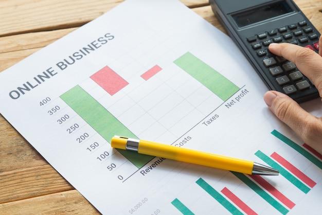 Jong bedrijf bezig met werken, ondernemer die financiële informatie analyseert als afbeeldingen Premium Foto