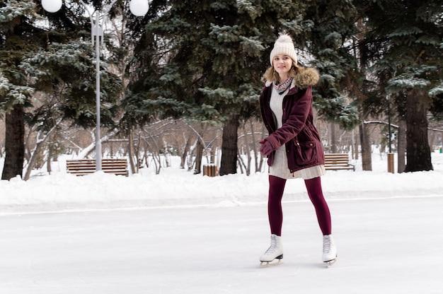 Jong blonde kaukasisch meisje dat pret in de winterpark heeft. wintervakantie concept Premium Foto