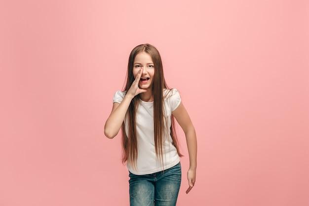 Jong casual tienermeisje schreeuwen in de studio Gratis Foto