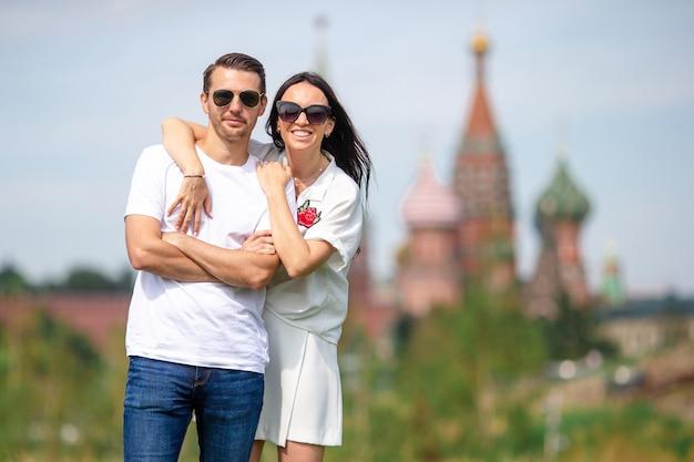 Jong dating paar dat in liefde op stads achtergrond st basils church loopt Premium Foto