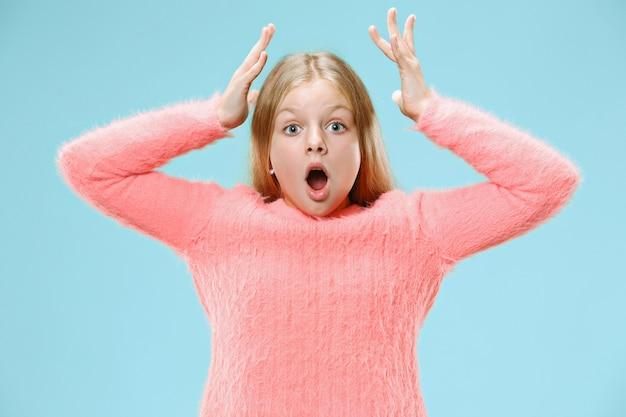Jong emotioneel verrast tienermeisje dat zich met open mond bevindt Gratis Foto