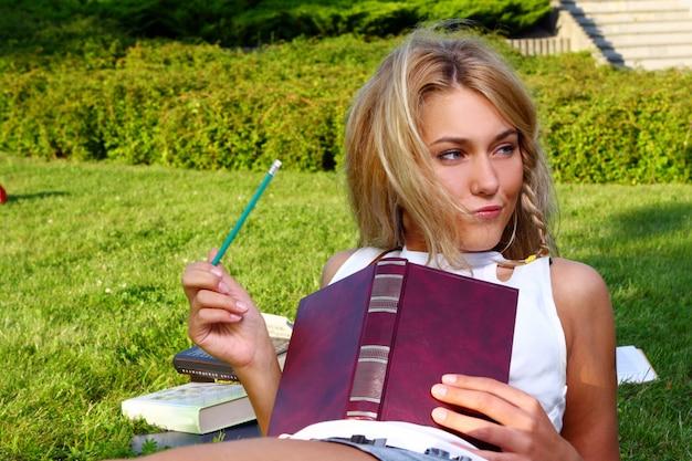 Jong en mooi studentenmeisje Gratis Foto