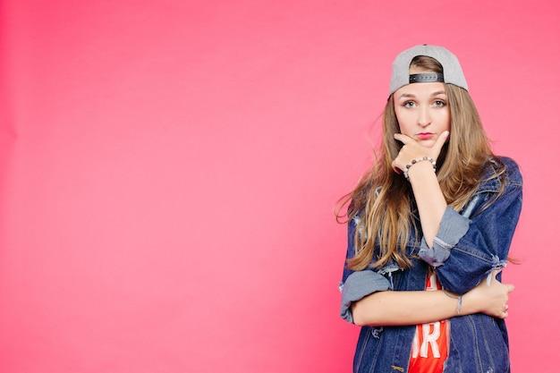 Jong ernstig tienermeisje zeker Premium Foto