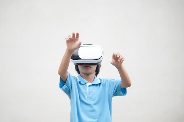 Jong geitje die op visuele werkelijkheidsdoos kijken Premium Foto