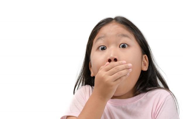 Jong geitjemeisje die haar geïsoleerde mond behandelen Premium Foto
