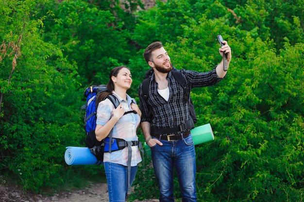 Jong gelukkig paar dat selfie op mobiele telefoon doet. Premium Foto