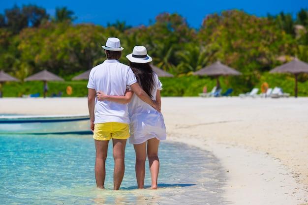 Jong gelukkig paar op wit strand bij de zomervakantie Premium Foto