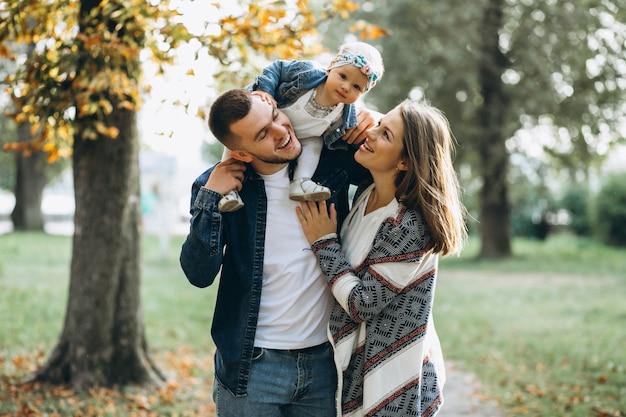 Jong gezin met hun kleine dochter in herfst park Gratis Foto