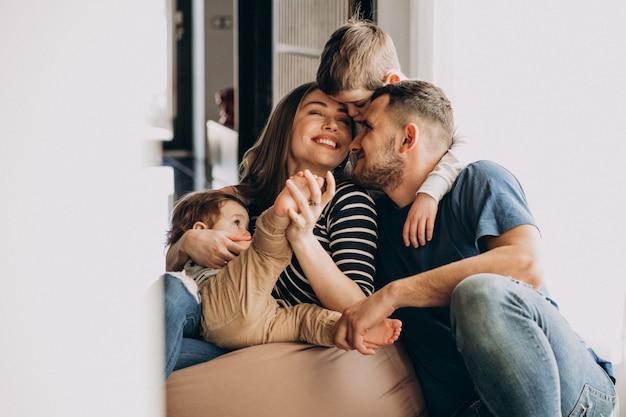 Jong gezin met hun zonen thuis plezier Gratis Foto