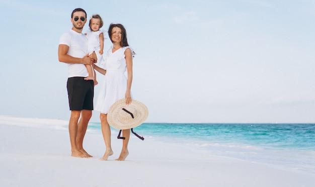 Jong gezin met kleine dochter op vakantie aan zee Gratis Foto
