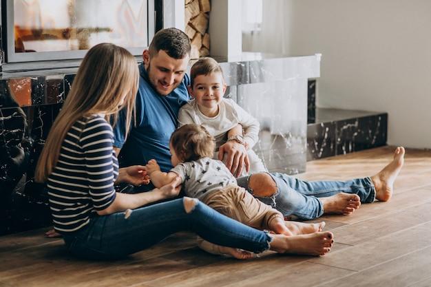 Jong gezin met twee zonen in huis Gratis Foto