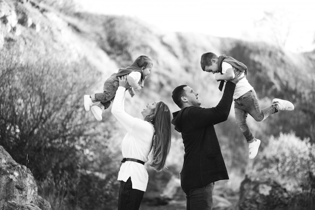 Jong gezin met twee zonen samen buiten het park Gratis Foto
