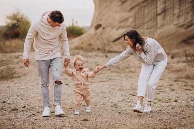 Jong gezin met zoontje samen plezier Gratis Foto