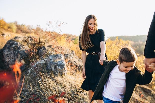Jong gezin met zoontje wandelen in het park Gratis Foto