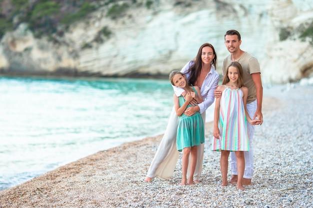 Jong gezin op vakantie hebben veel plezier Premium Foto