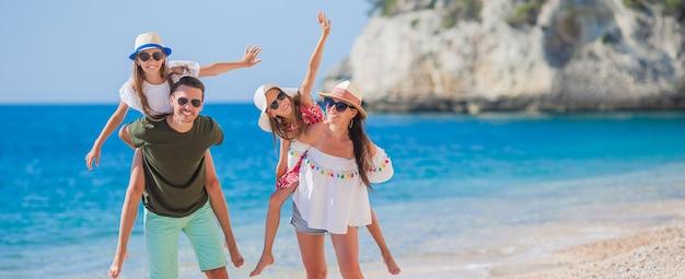 Jong gezin op vakantie heeft veel plezier Premium Foto
