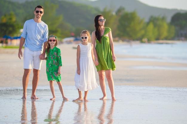 Jong gezin op vakantie veel plezier Premium Foto
