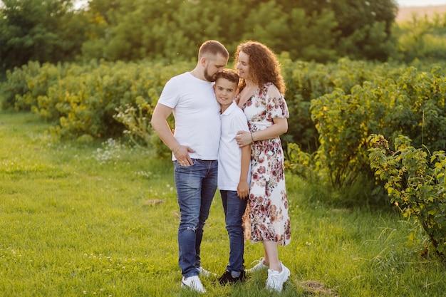 Jong gezin op zoek tijdens het wandelen in de tuin Gratis Foto