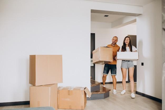 Jong gezin verhuizen naar hun nieuwe huis Gratis Foto