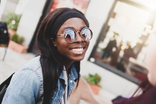 Jong glimlachend meisje van het afrikaanse behoren tot een bepaald ras. Premium Foto