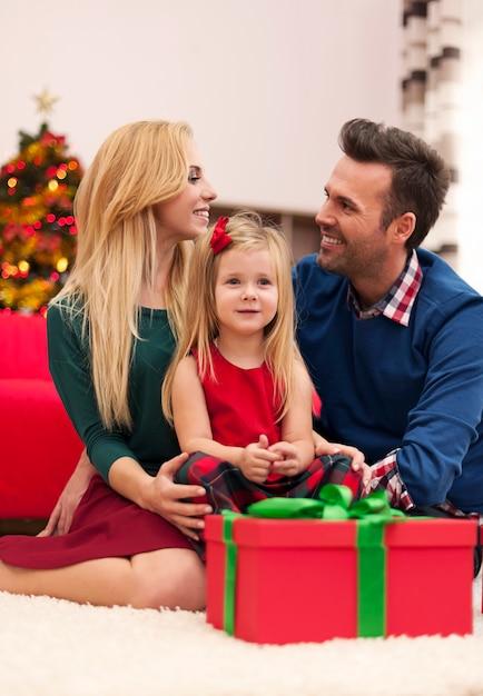Jong huwelijk met hun dochter die kerstmis samen doorbrengt Gratis Foto
