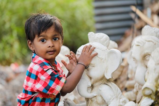 Jong indisch kind met lord ganesha Premium Foto