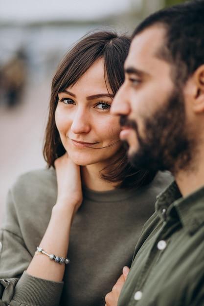 Jong internationaal paar samen in park Gratis Foto