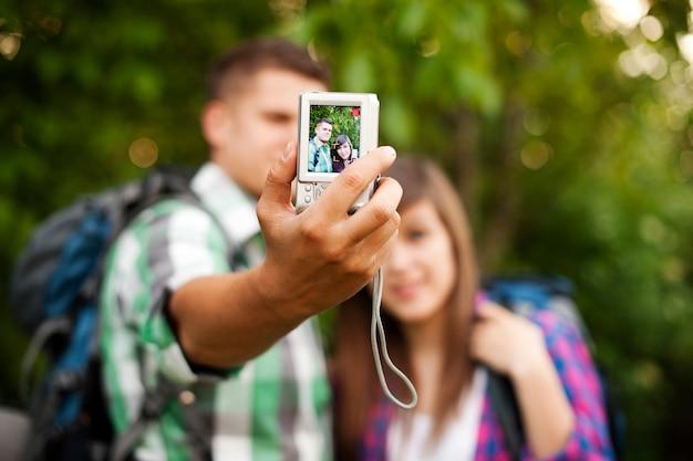 Jong koppel dat een foto van zichzelf neemt Gratis Foto