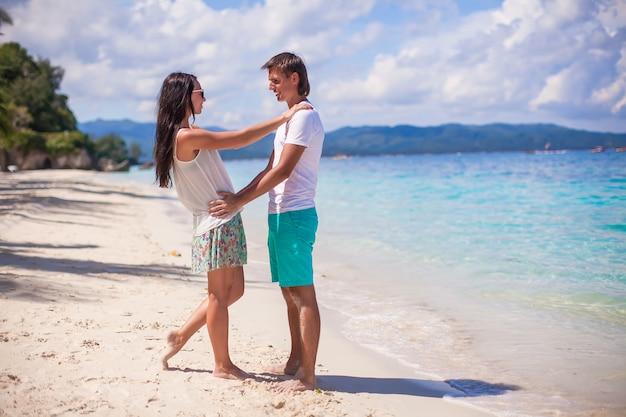 Jong koppel genieten van hun vakantie en veel plezier op een tropisch strand Premium Foto