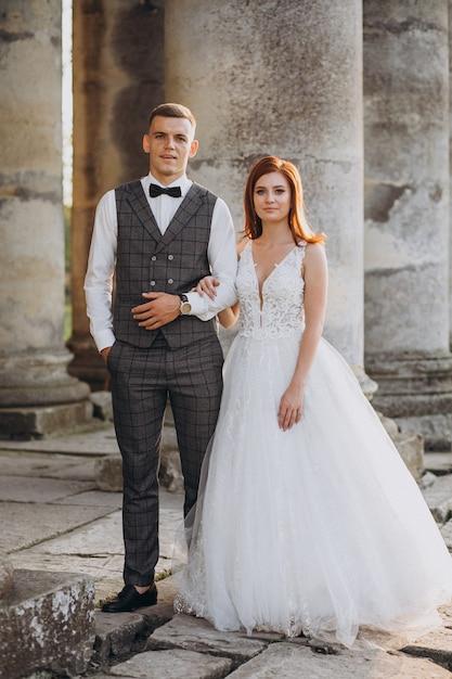 Jong koppel huwelijk fotosessie buiten Gratis Foto