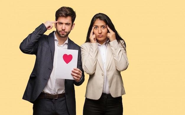 Jong koppel in valentijnsdag een concentratie gebaar te doen Premium Foto