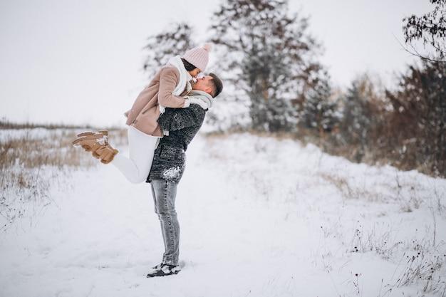 Jong koppel in winter park Gratis Foto