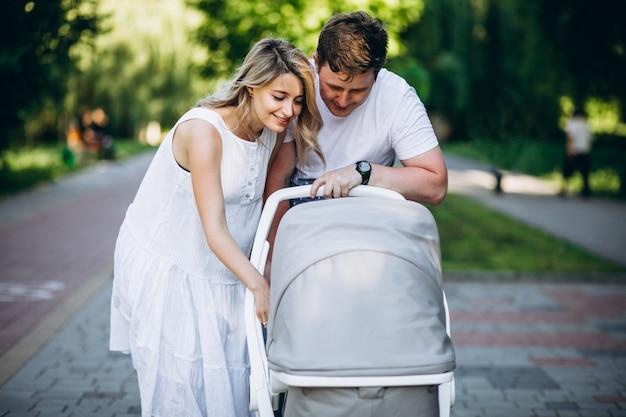Jong koppel met hun baby dochter in park Gratis Foto