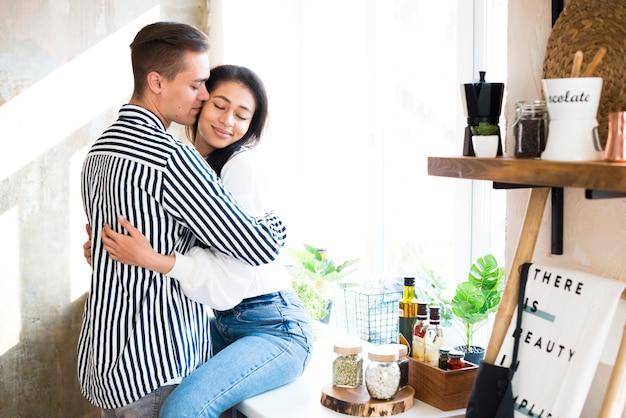 Jong koppel met romantisch moment in de keuken Gratis Foto