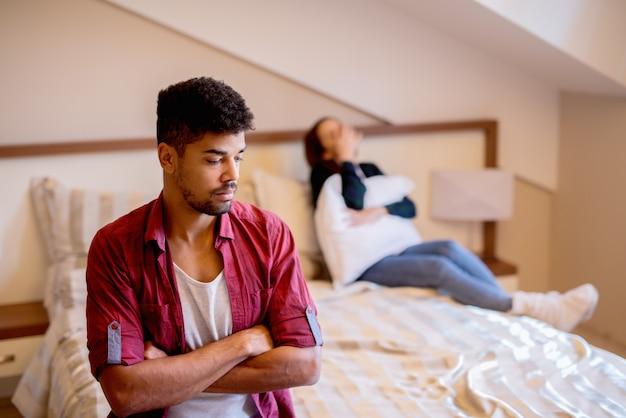 Jong koppel na gevechten. meisje huilt op het bed. Premium Foto