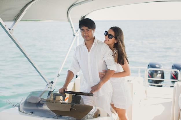 Jong koppel navigeren op een jacht in de indische oceaan Premium Foto